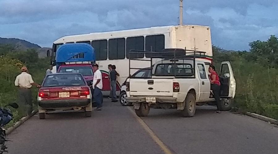 Con bloqueo exigen reparación de carretera en Unión Hidalgo