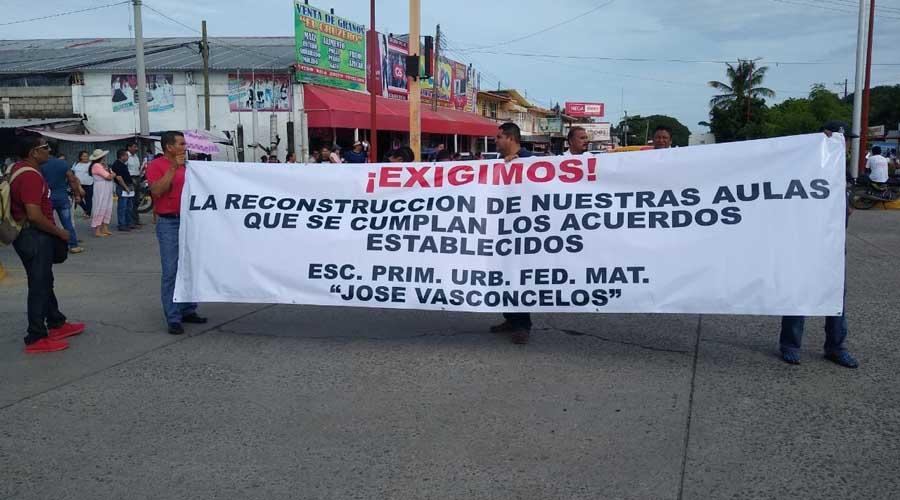 Con marchas y bloqueos, exigen reconstrucción de aulas en Juchitán