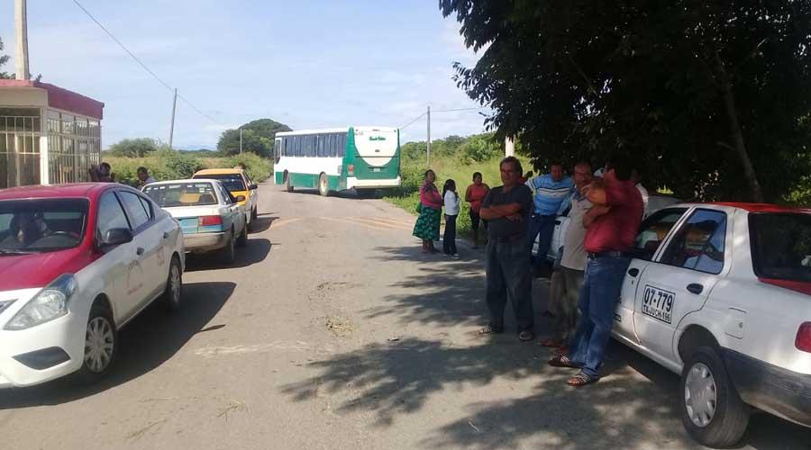 Transportistas bloquean las carreteras de acceso en Unión Hidalgo