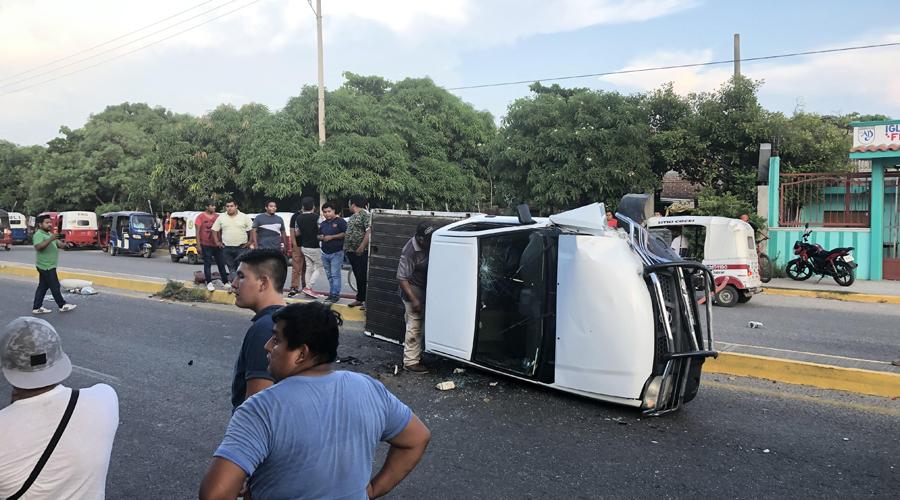 Ebrio choca su unidad contra poste y vuelca en Juchitán