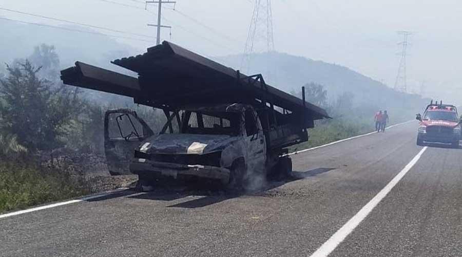 Arde en llamas una camioneta en la carretera 190