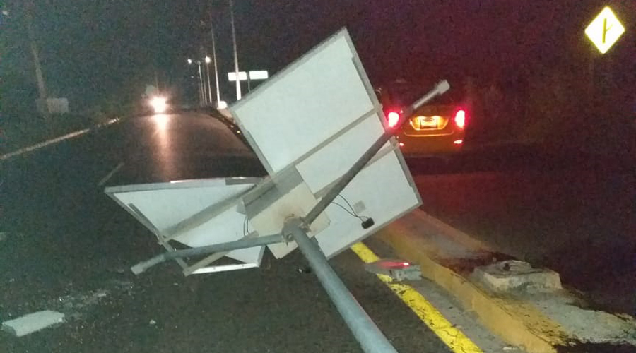 Chocan contra luminaria y abandonan camioneta en carretera Salina Cruz-Tehuantepec