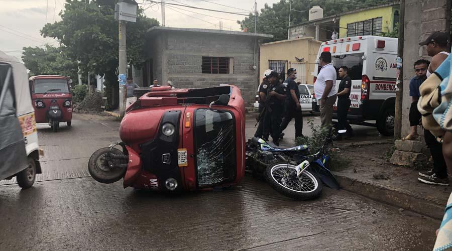 Se impactan aparatosamente un mototaxi y una motocicleta