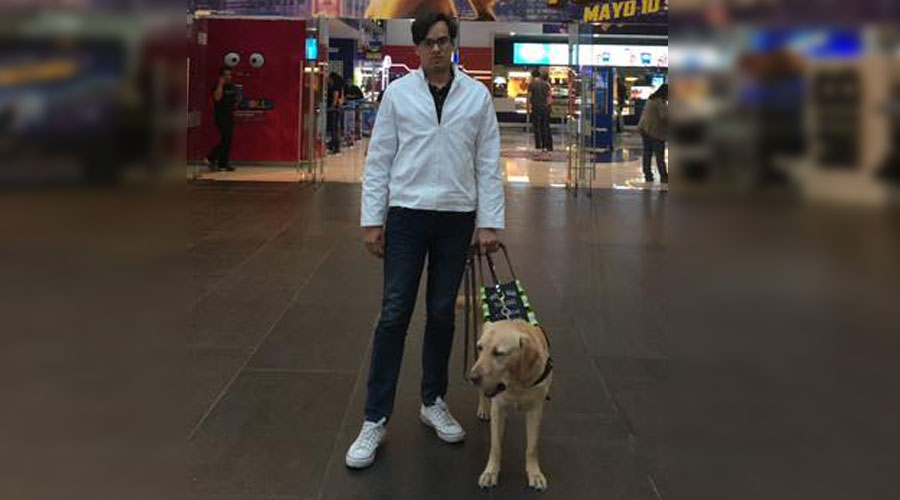 Video: Joven denuncia discriminación en cine, fue amenazado por ir con su perro guía | El Imparcial de Oaxaca