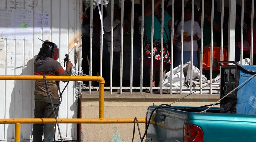 Pelean por reubicación de escuela Presidente López Mateos en Tlacolula