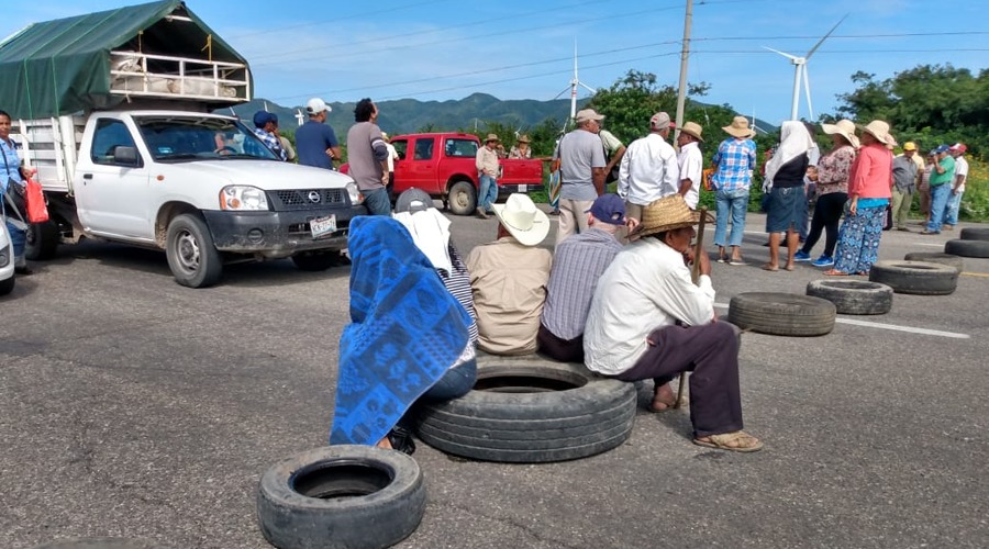 Campesinos bloquean carretera en La Venta