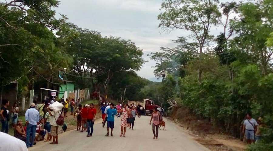 Bloqueo en Tlacamama genera descontento social