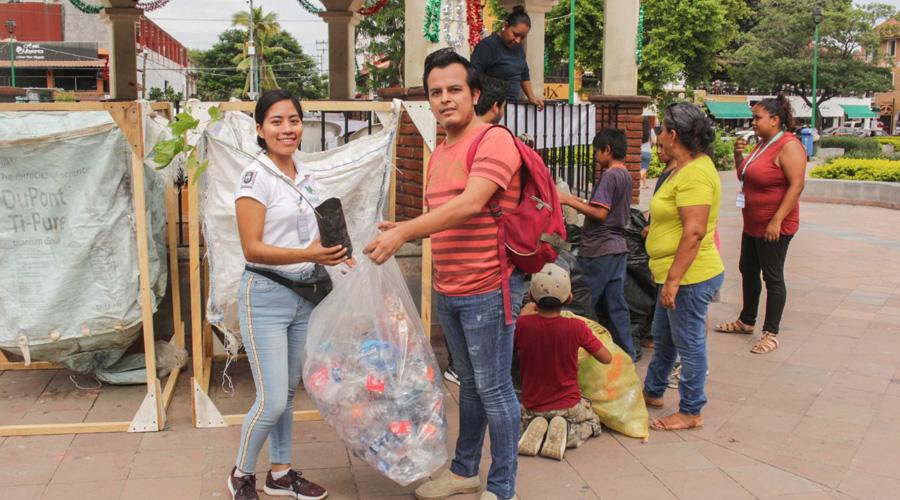 Niños y jóvenes desplastifican Huatulco