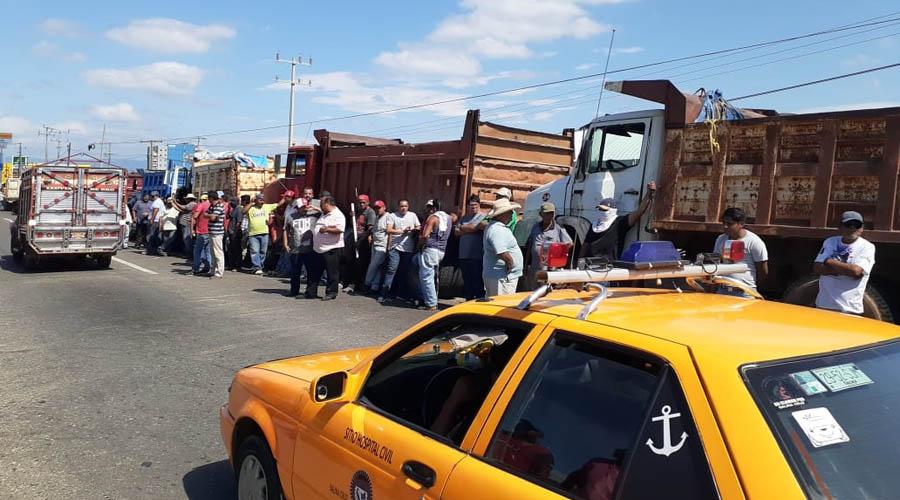 Sindicatos de transportistas se disputan obra de Plaza Comercial
