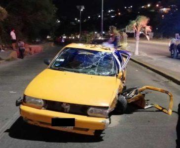 Le cae un poste encima a taxi