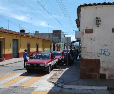 Acusan a taxistas de invadir una banqueta en Huajuapan de León