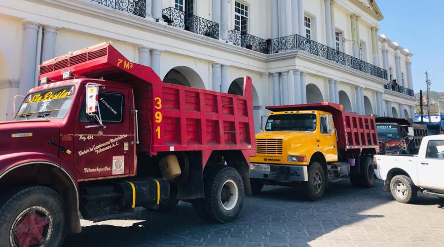 Camioneros bloquean entrada a Tehuantepec
