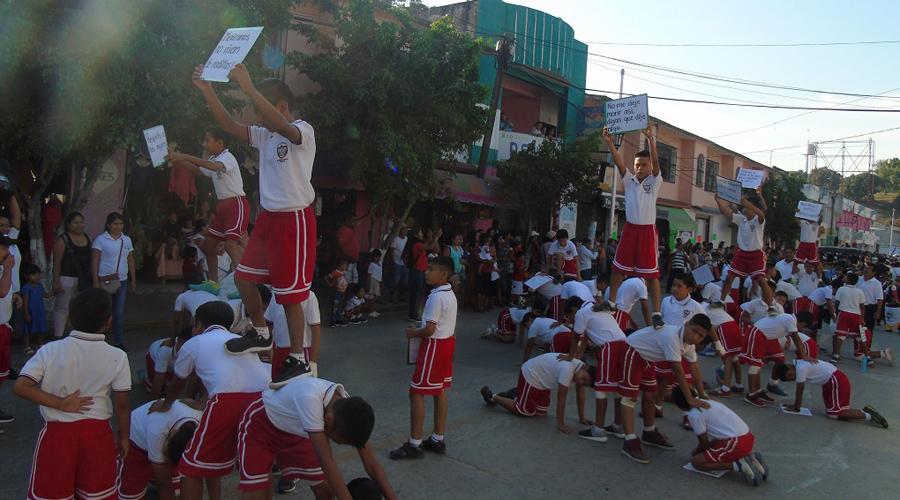 Nutrido desfile revolucionario, deportivo y militar en Pochutla