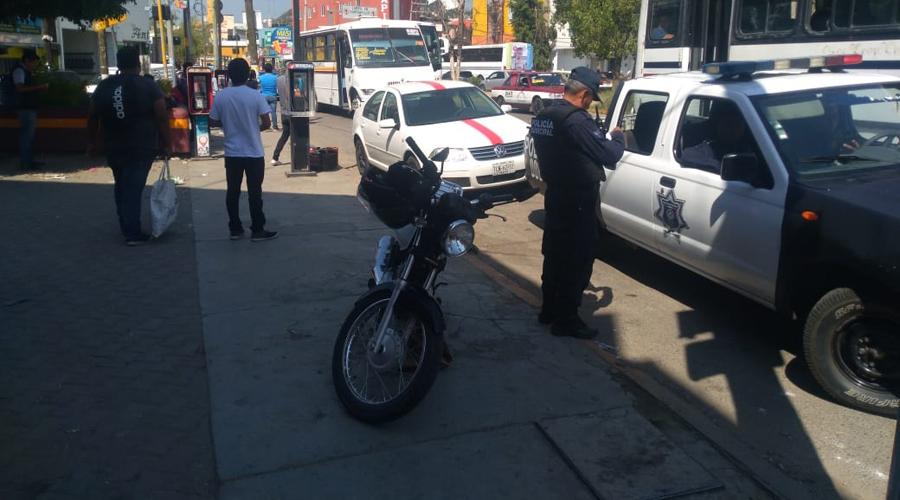 Se estampa moto contra automóvil