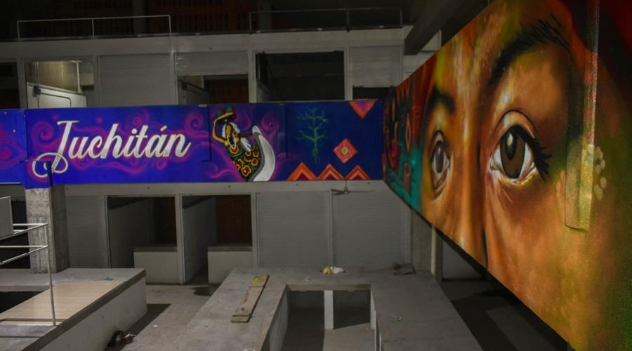 Pintan murales al interior del mercado en Juchitán