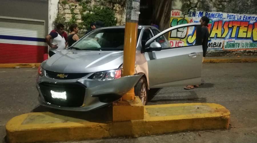 Ebrio profesor choca su auto contra poste