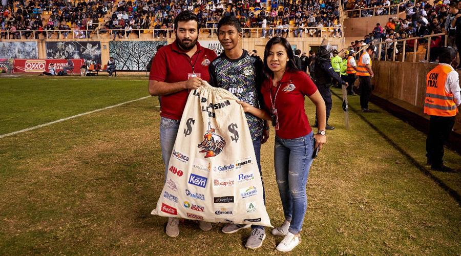 Premian a joven que vendía tortas para pagar sus estudios; Alebrijes de Oaxaca lo apadrinará