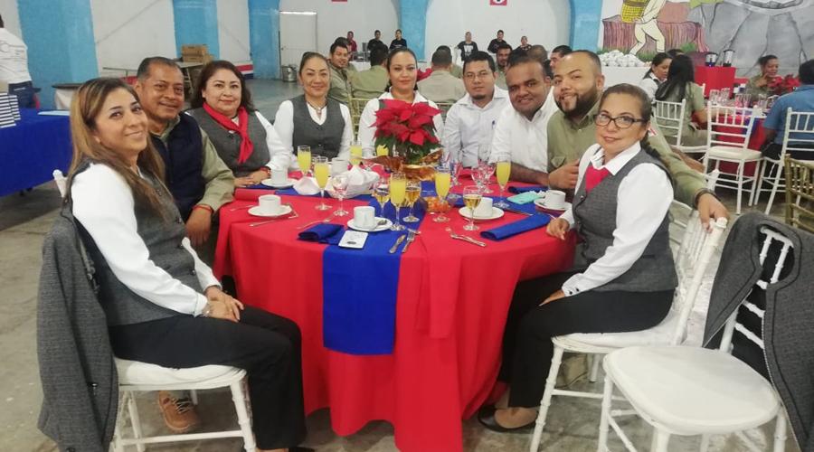 "Celebra ""Grupo Azul"" desayuno de fin de año"