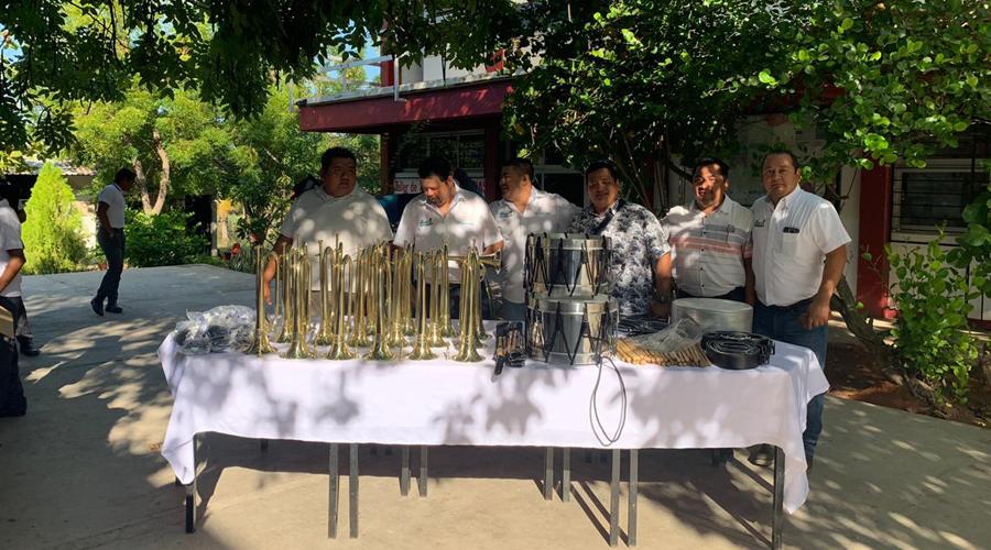 Club de pesca Sharky's entrega instrumentos a Banda de Guerra