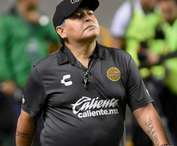"""Video: """"Me voy a la mi… si siguen gritando"""", Maradona a niños que pedían autógrafo"""