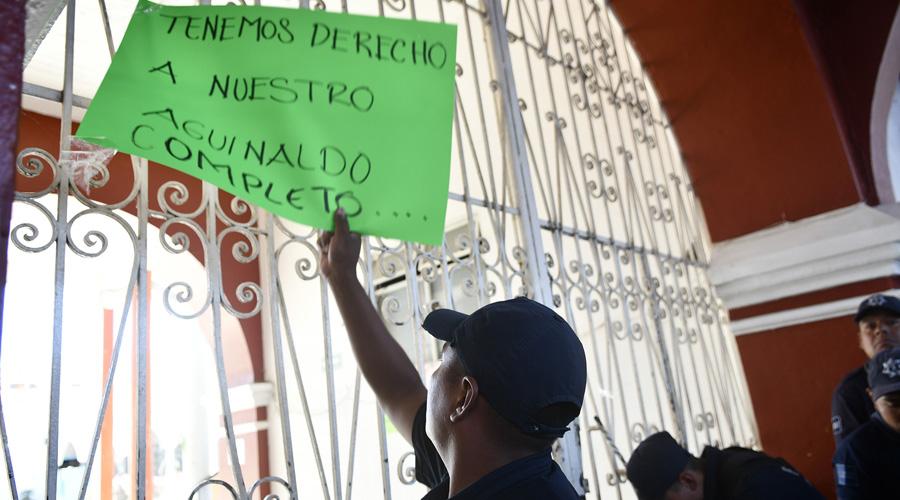 Policías de Zaachila exigen su aguinaldo
