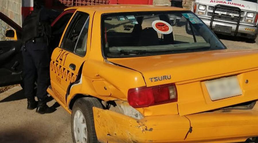 Taxista embiste a otro taxista en Salina Cruz
