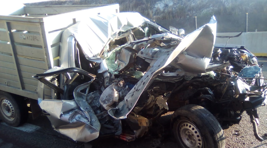 Destroza su camioneta al impactarse contra camión