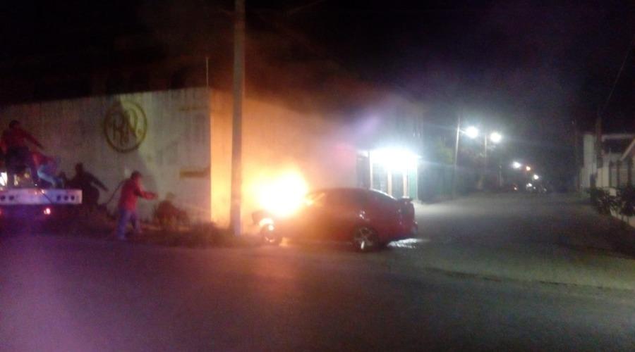 Vehículo arde en llamas