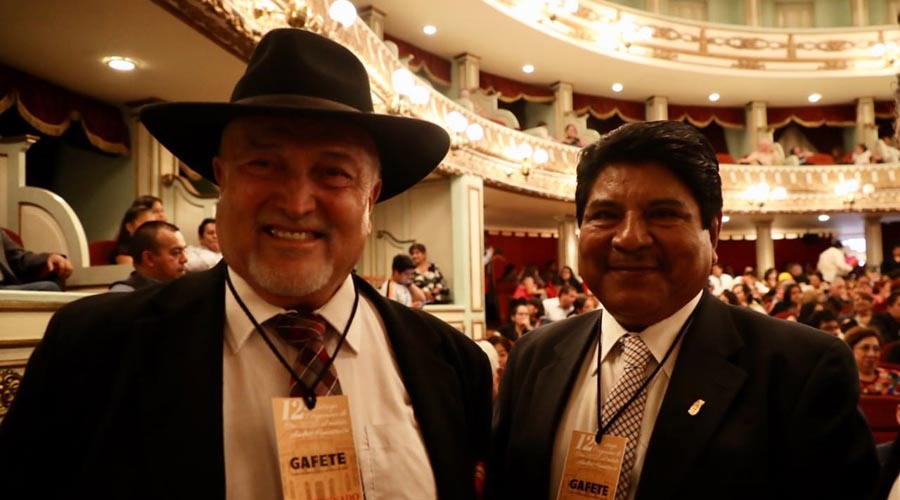 Salvador Flores recibe el Pergamino de Oro Andrés Henestrosa