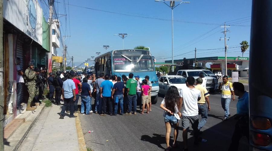 Detención de vehículos irregulares causa riña en Salina Cruz