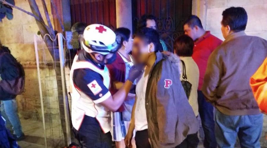 Imprudente taxista se pasa el alto y embiste a motociclista en el crucero de Independencia