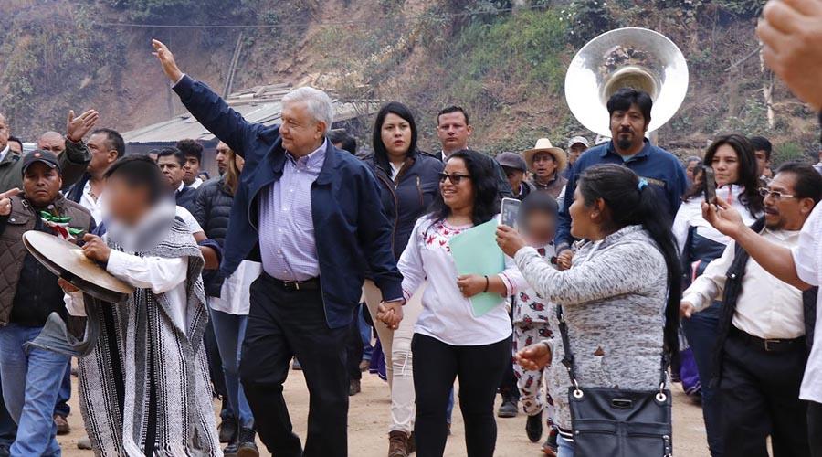 Ofrece AMLO terminar caminos en Oaxaca en 2023
