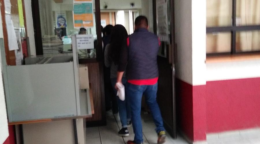 Empleada de tienda materialista es detenida por robo