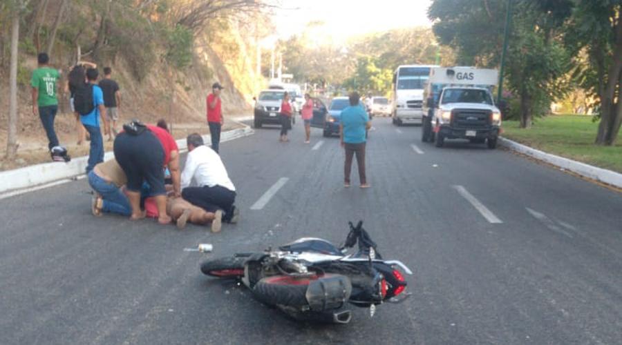 Motociclistas derrapan en la Costa