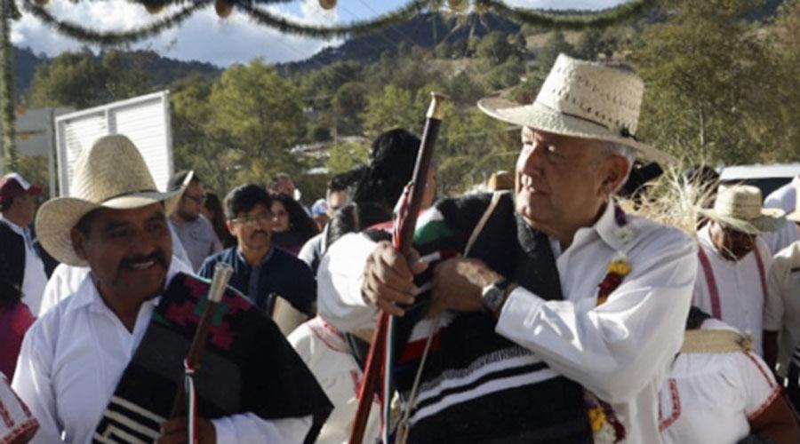 Entrega AMLO caminos en Oaxaca