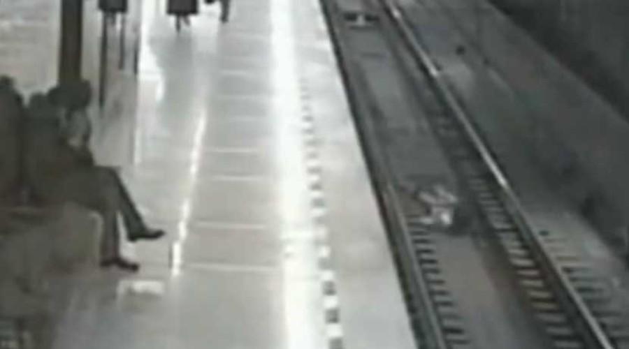Video: Por jugar con su celular, niño cae a las vías del metro de Rusia   El Imparcial de Oaxaca
