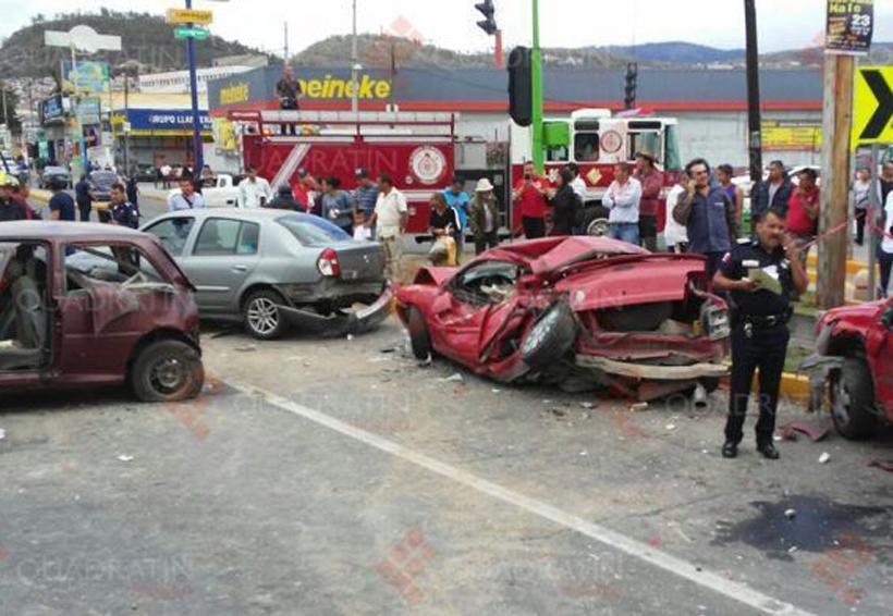 Video: Camión de volteo arrolla a una persona y se impacta con 6 autos mientras huye | El Imparcial de Oaxaca