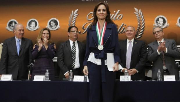 Mérito Periodístico: Dedica Lilly Téllez medalla al hijo de Miroslava Breach | El Imparcial de Oaxaca