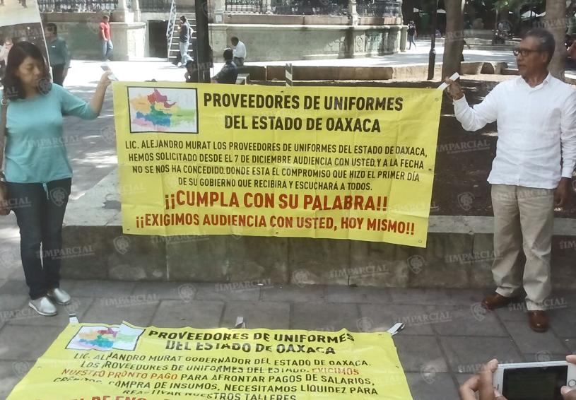 Proveedores de uniformes exigen audiencia con el Gobernador   El Imparcial de Oaxaca