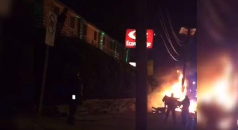 Video: policías se 'confunden' y patean a hombre en llamas   El Imparcial de Oaxaca