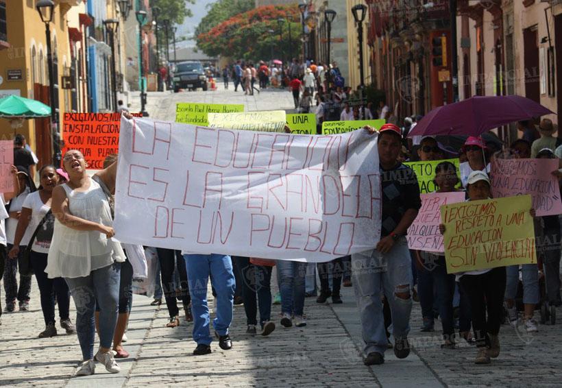 Padres de familia de la escuela Paul Percy Harris marchan en rechazo a la Sección 22   El Imparcial de Oaxaca