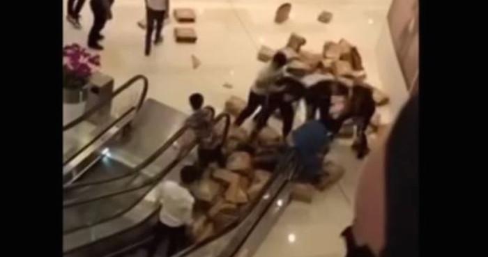 Video: Trifulca en un centro comercial por la venta de unos tenis de edición limitada | El Imparcial de Oaxaca