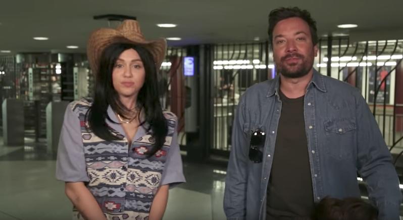 Video: Miley Cyrus y Jimmy Fallon se disfrazan de cantantes callejeros en Metro de NY   El Imparcial de Oaxaca