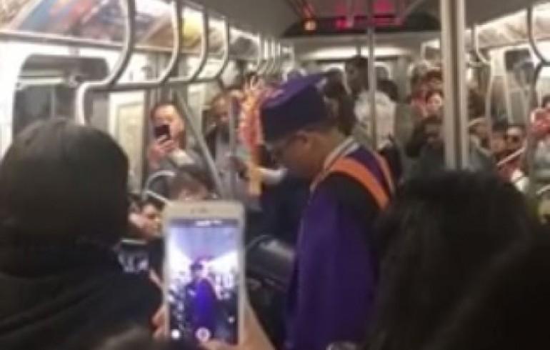 Video: El Metro de NY se retrasa y pasajeros improvisan ceremonia de graduación para un joven | El Imparcial de Oaxaca