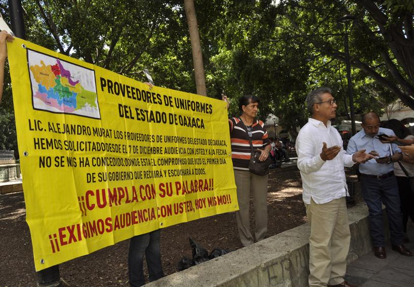 Proveedores de uniformes  reclaman pagos pendientes | El Imparcial de Oaxaca