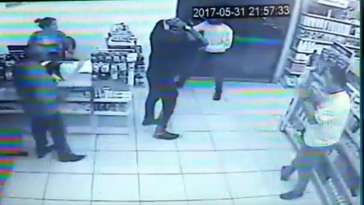 Video: El ladrón con peor suerte del mundo: roba una farmacia y está llena de policías | El Imparcial de Oaxaca