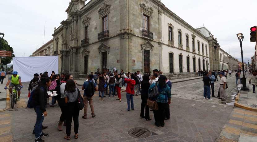 Con bloqueo de calles, estudiantes demandan diálogo con rectoría | El Imparcial de Oaxaca