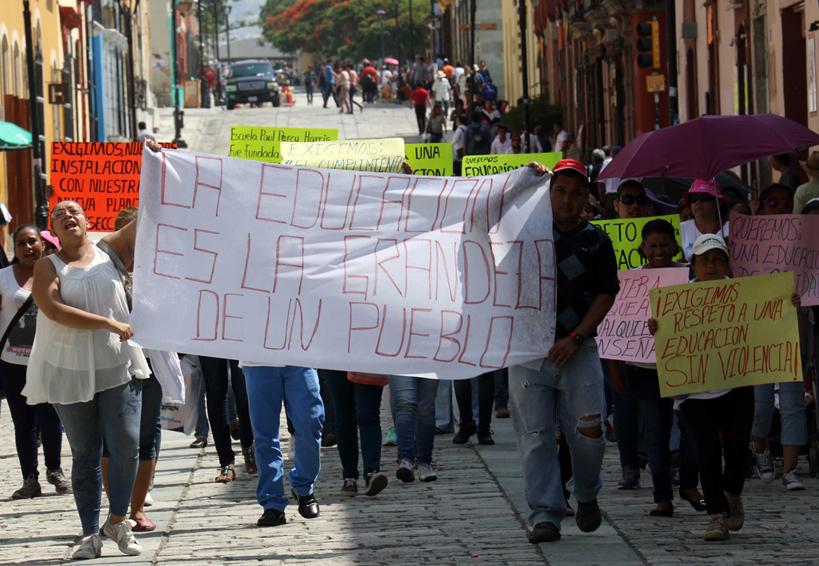 Padres de familia exigen devolución de plantel   El Imparcial de Oaxaca
