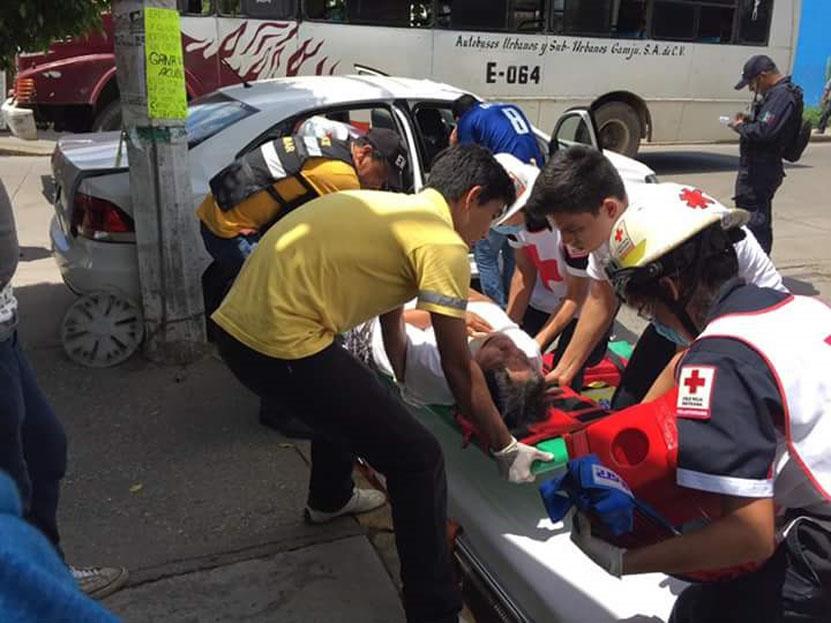Autobús se lleva a  auto de 'corbata' en Tuxtepec | El Imparcial de Oaxaca