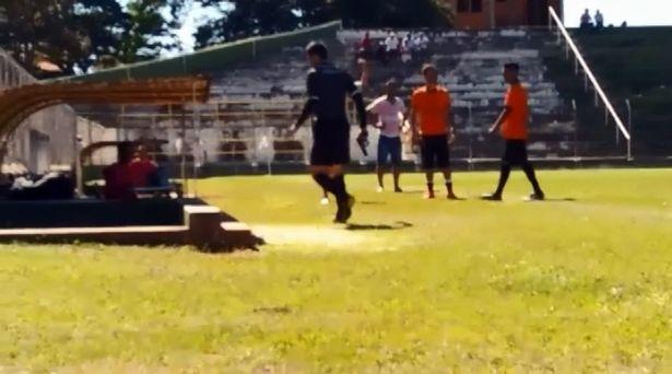 Un árbitro saca una pistola en pleno partido de fútbol | El Imparcial de Oaxaca